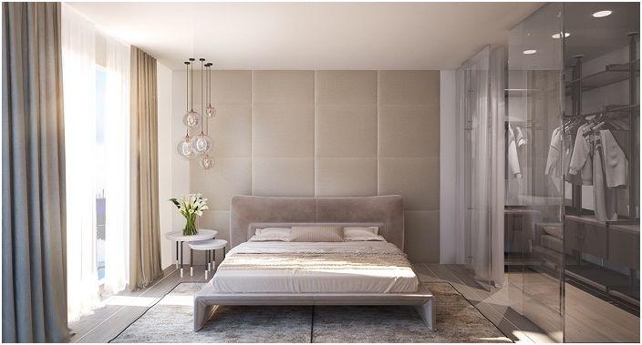 Стенна декорация на главата на леглото в бежови тонове.
