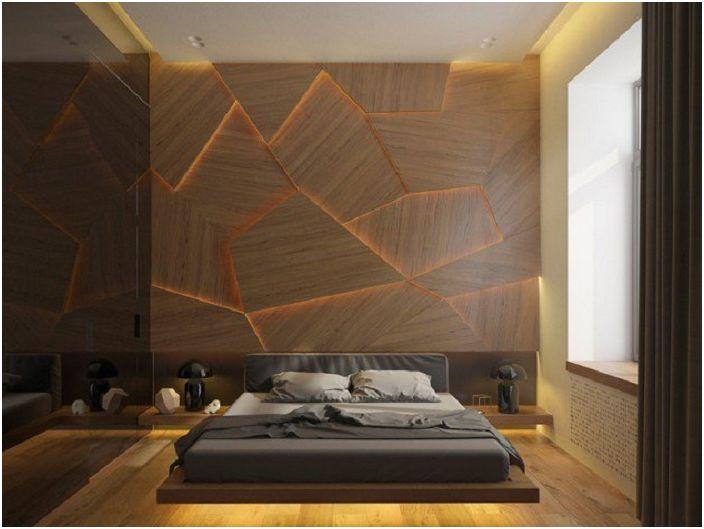 Декорирана стена в спалнята с изключително осветление.
