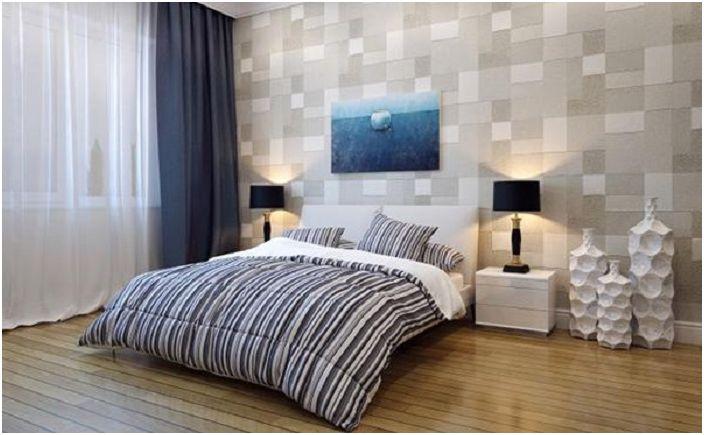 Светлата спалня с декорирана стена е проста и стилна.