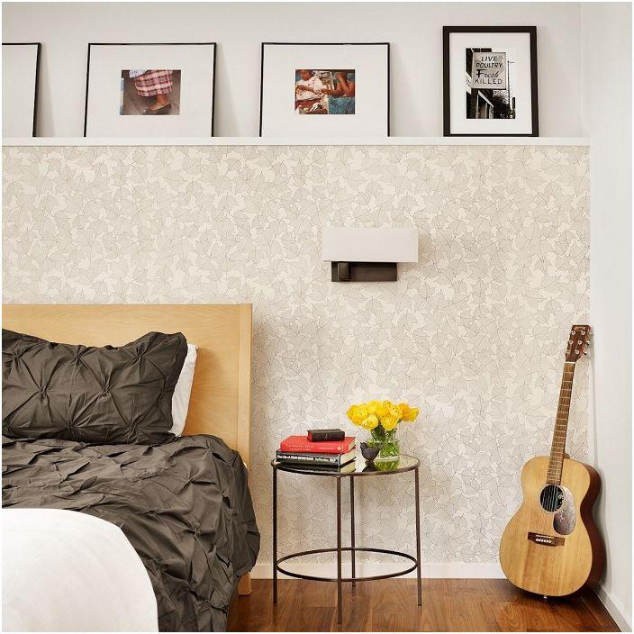 Нежные белые обои с изображенными листьями на них создадут удивительную обстановку в комнате для отдыха.