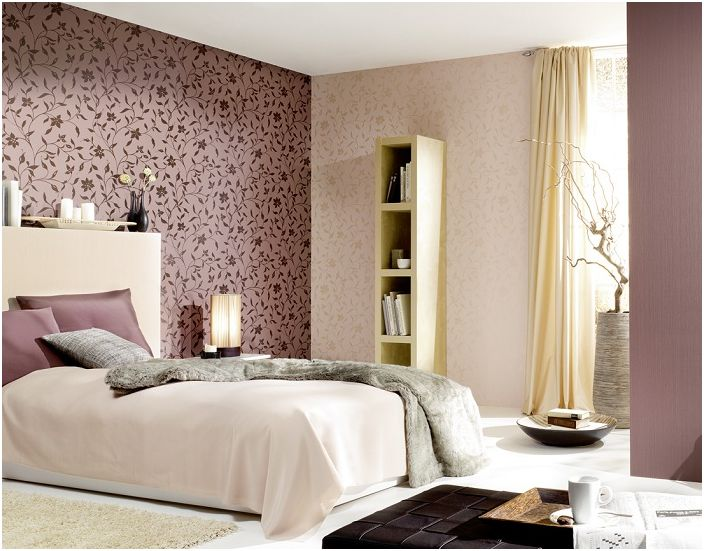 Отличный интерьер спальни украшен обоями в фиолетовом цвете в цветах, которые симпатично вписываются в обстановку.