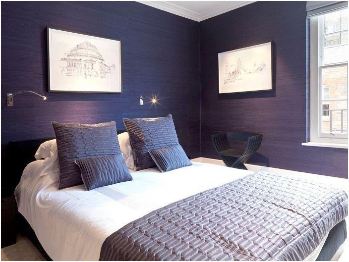 Интересный интерьер спальни с темно-синими обоями, которые подчеркивают индивидуальность комнаты.