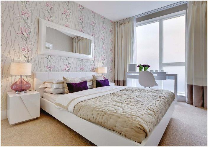 Отличный вариант обоев для спальни в нежно-розовых тонах с изображением лилий.