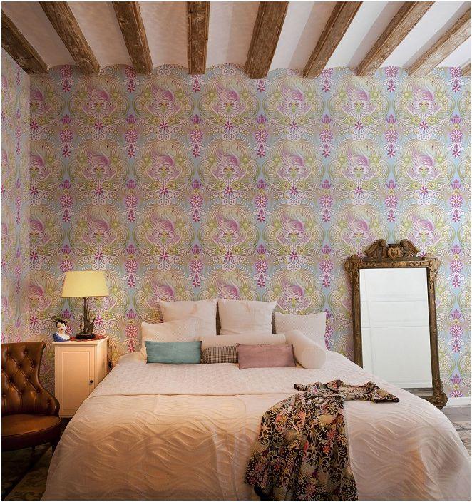 Яркое оформление спальни при помощи ярких обоев создаст отличное настроение и радостную обстановку.