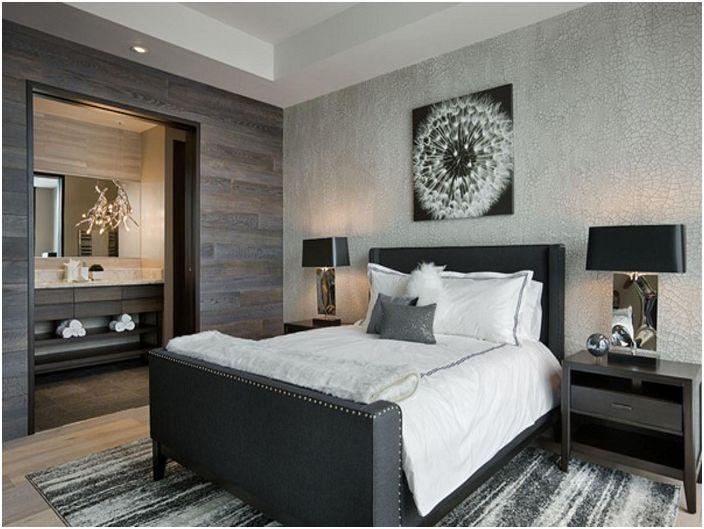 Хорошие неброские цвета создают уютную обстановку в комнате для сна с серыми обоями.