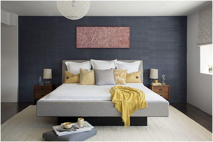 Милый интерьер спальной с темными обоями и светлыми элементами декора, которые освежают комнату.
