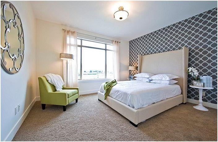 Классические черно-белые обои делают спальню необычно-прекрасной при помощи хорошего освещения.