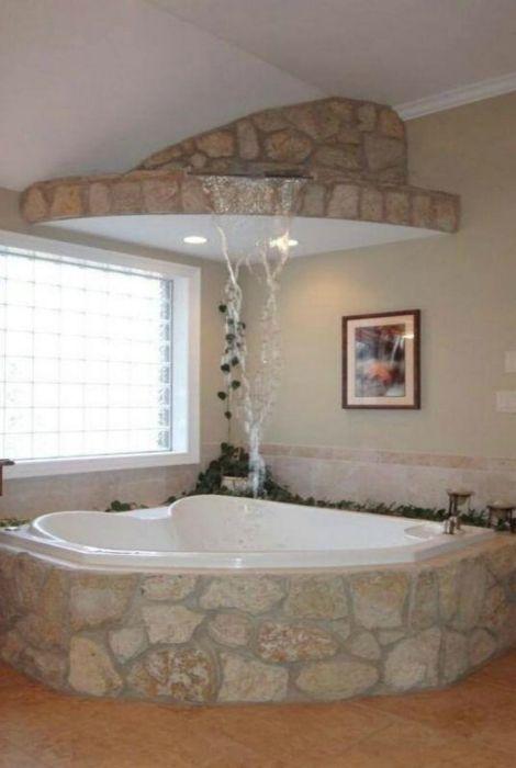 Каменна вана, стилизирана като водопад.