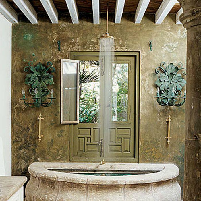 Вана под формата на голяма каменна вана.