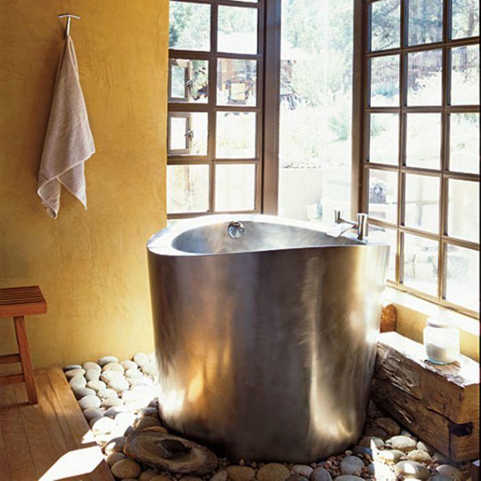 Малка вана, изработена от метал.