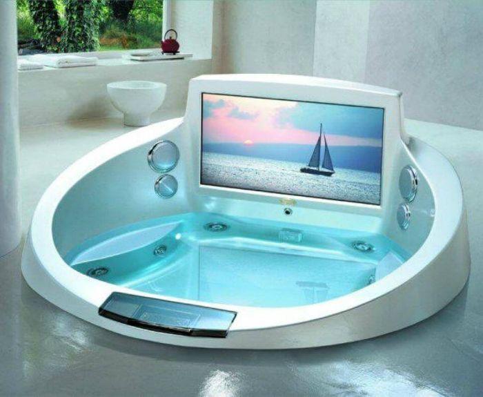 Компактна вана с джакузи с хидромасаж и вградени екрани.