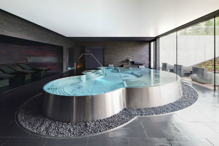 Голяма вана, проектирана като басейн със стъпала.
