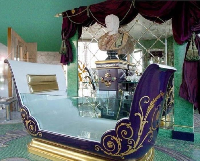 Стъклена и метална вана, стилизирана като кралска карета.