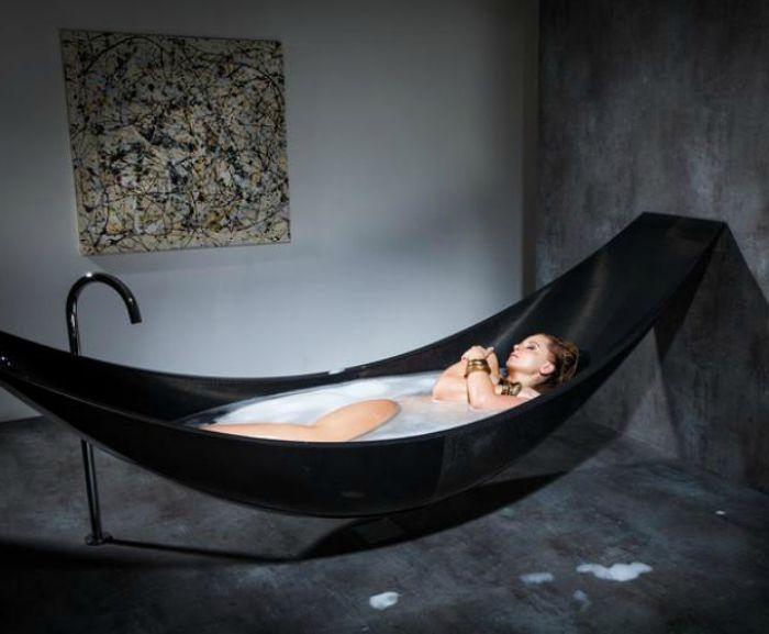 Голяма черна хамакова вана от SplinterWorks от въглеродни влакна.