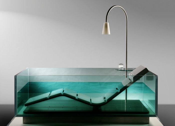 Стъклена вана с удобен регулируем шезлонг.