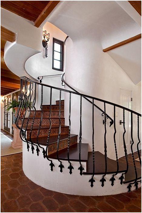 Интересно обзавеждане в къщата в красиви цветове с доста дървено стълбище.