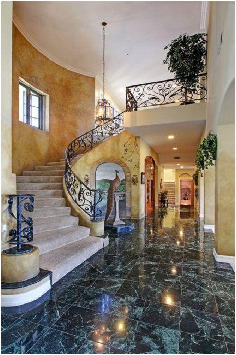 Шикозният дизайн на къщата се допълва от стълбище в средиземноморски стил - обстановка за душата.
