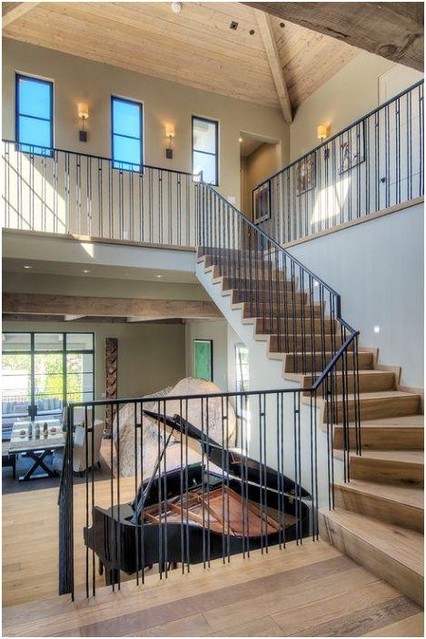 Vakre leiligheter med treelementer dekorerer det indre av rommet og gir kos.