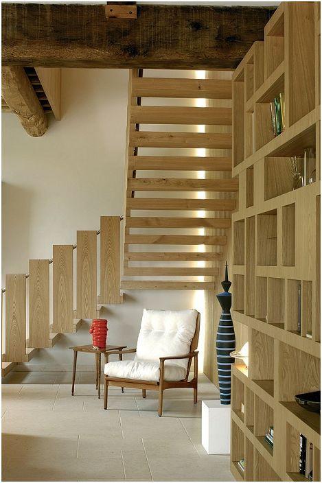 Светлата стая е украсена с дървено стълбище в средиземноморски стил.