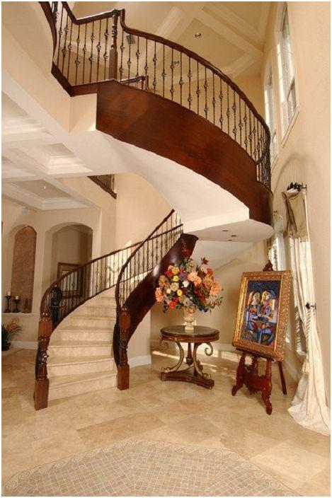 Det rike interiøret i rommet er fremhevet av en pen tretrapp i middelhavsstil.