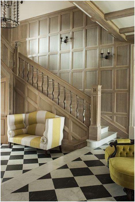 Et rom med trapp i elegant valnøttfarge, komplementert av knallgule lenestoler - for et godt humør.