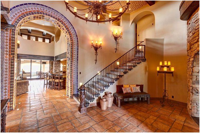 Уютна къща с каменна зидария и красиво стълбище в средиземноморски стил.