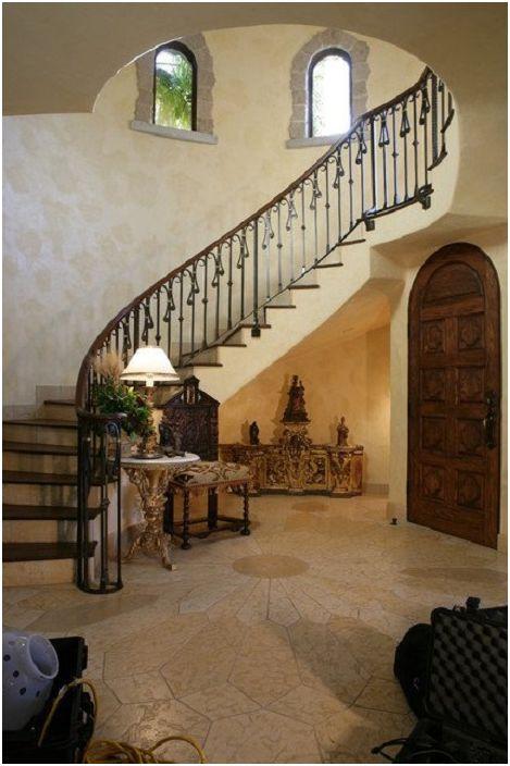 Красиво стълбище в къщата, на пръв поглед като стълбище в замък, е много естетически приятно и хармонично се вписва в интериора.