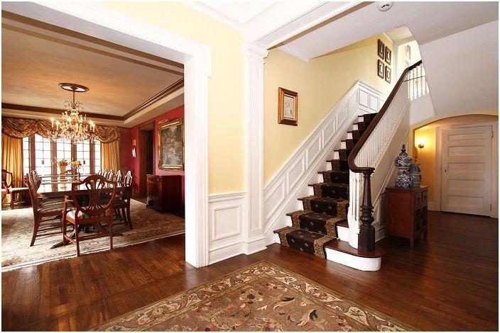 Богатият интериор на къщата се допълва от дървено стълбище в средиземноморски стил.
