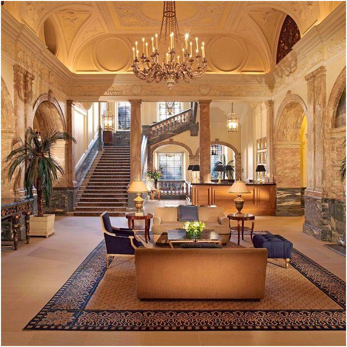 Hjemmeinnredning er manifestert i det vakre interiøret i huset, som er supplert med en elegant trapp.
