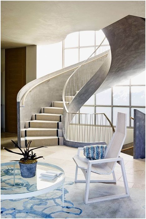 En elegant grå trapp kompletterer den allerede vakre designen til rommet i grå og blå toner.