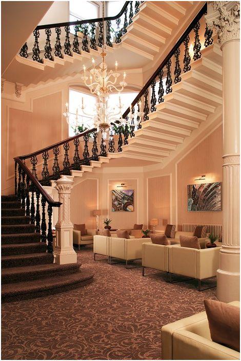 Красивият интериор на стаята със стълбище е декориран в средиземноморски стил.