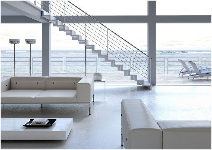 Et snøhvit rom med uvanlige designløsninger og en trapp i middelhavsstil.