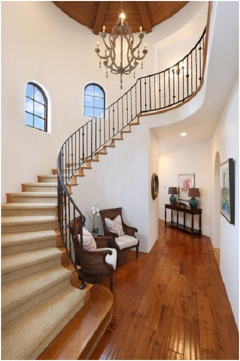 Прекрасна стая с необичайно доста стълбище, което хармонично допълва общата среда.