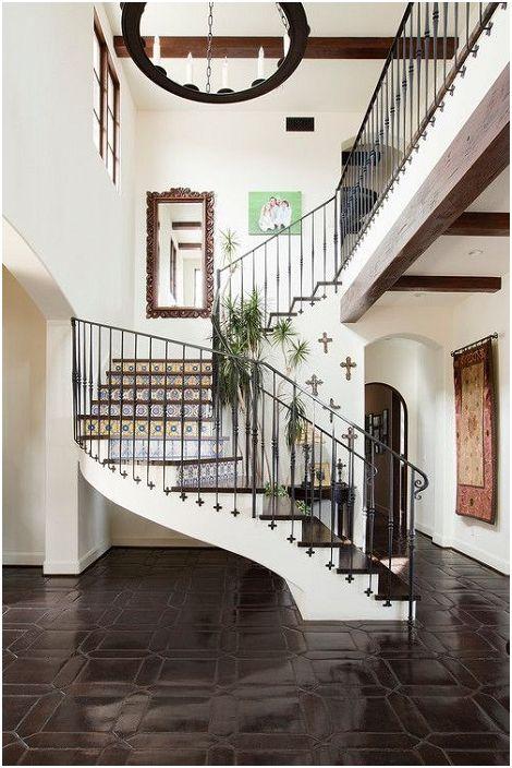 Интересната обстановка в къщата се допълва от стълбище с красиви орнаменти, за да придаде уютна атмосфера.