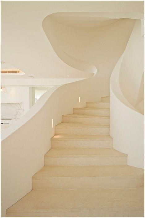 Къща в бели нюанси с необичайно красиво стълбище, което да съответства на средиземноморския стил.