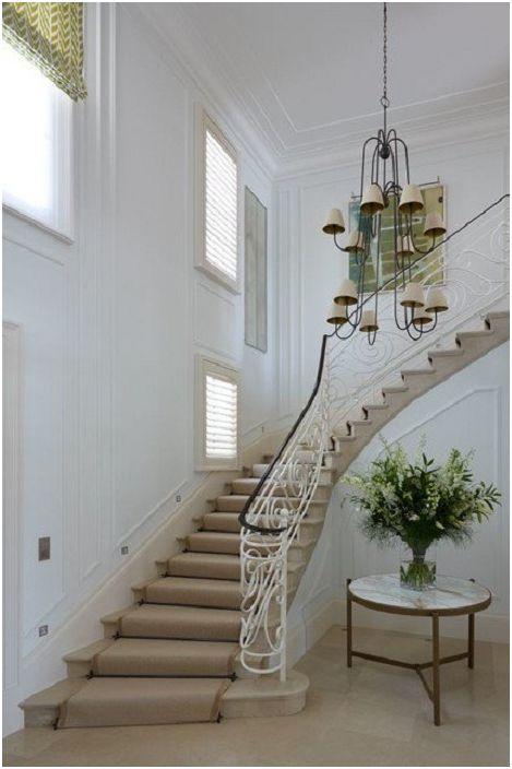 Et lyst rom med en beige trapp og interessante interiørelementer for en koselig atmosfære.