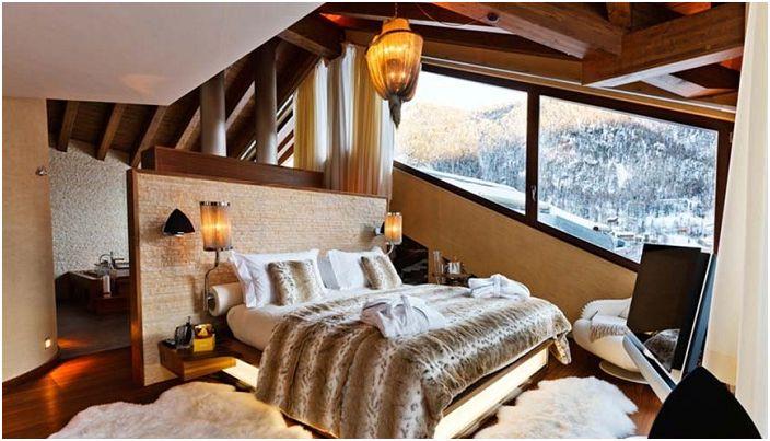 Красиво обзавеждане на дома в бежови и кафяви тонове, допълнено от просто зашеметяваща гледка към зимната гора.