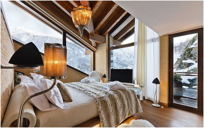 Топлата и уютна атмосфера на спалнята с красива зимна гледка от прозореца ще зарадва окото.