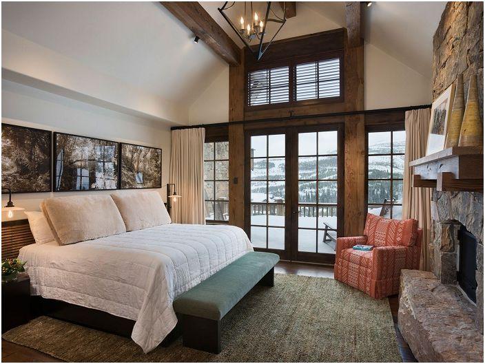 Светла спалня с отлична гледка от прозореца, която украсява стаята.
