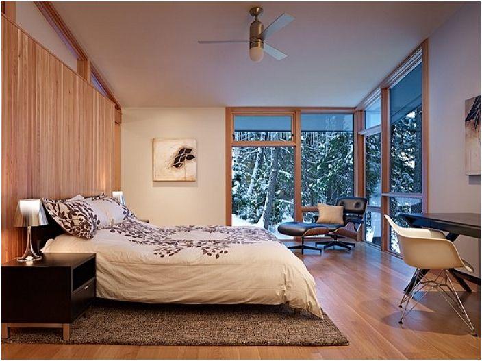 Снежно време навън, а спалнята е изпълнена с уют и топли спомени.