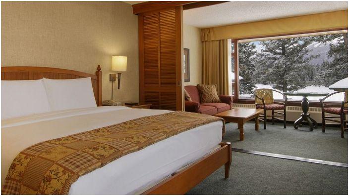 Топла, атмосферна спалня с пленителна гледка от прозореца е чудесно място за почивка.