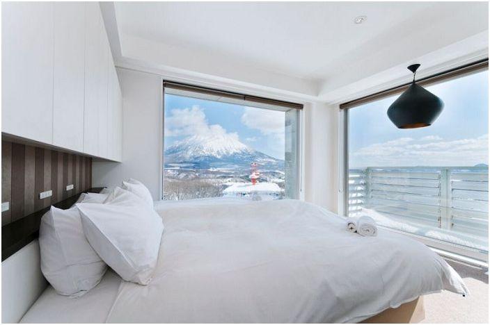 Разкошен зимен пейзаж, който се отваря от красива спалня.