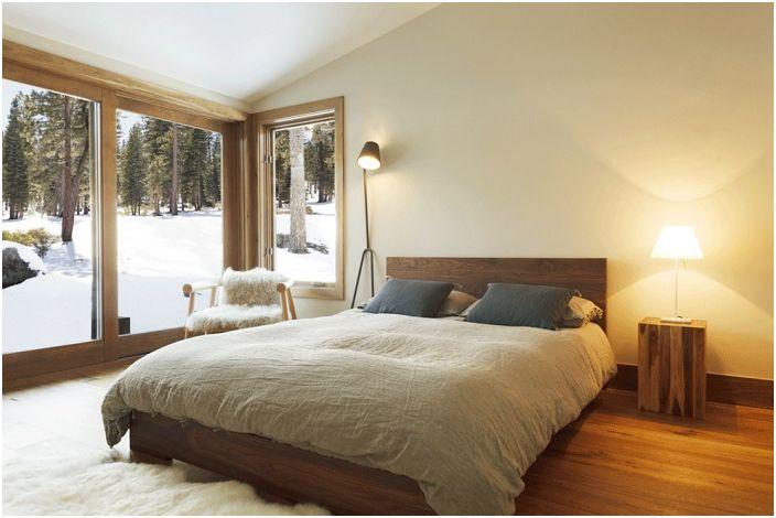 Светла удобна спалня с очарователна гледка от прозореца, която със сигурност ще зарадва окото.