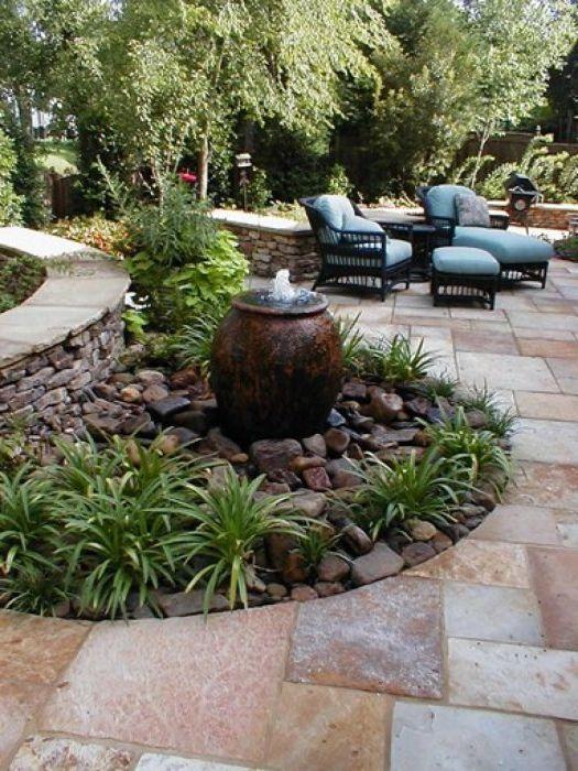 Малък фонтан в градината.