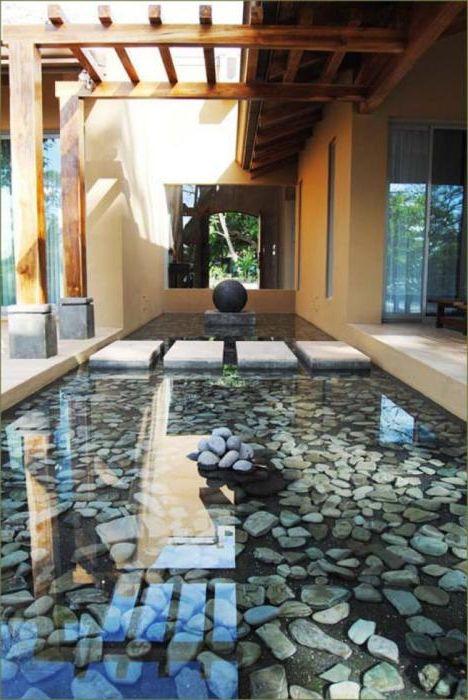Оригинальный пруд с камнями.