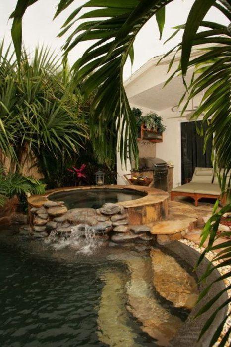 Каменен басейн в градината.