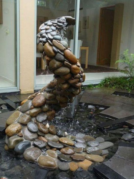 Оригинальный водопад из камней.