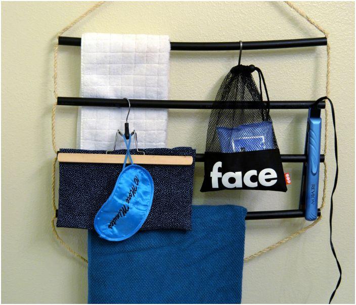 Оригинална домашна закачалка, изработена от въжета и тръбички за съхранение на най-различни неща.