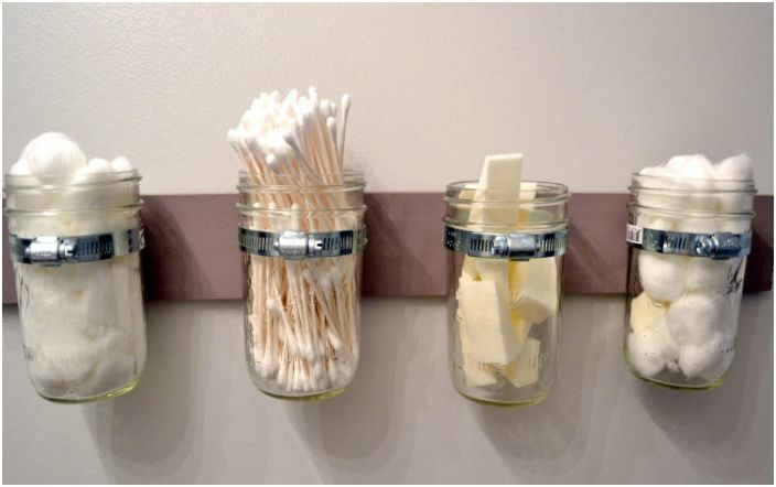 Małe szklane słoiczki to doskonałe pojemniki do przechowywania wkładek do uszu, wacików i gąbek.