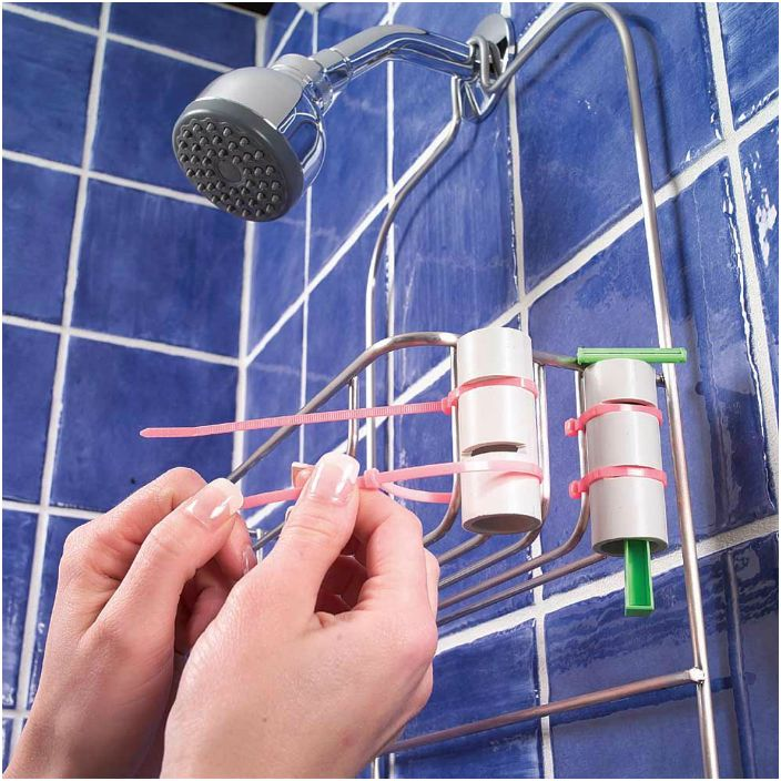 Контейнерът за самобръсначка може да бъде направен от PVC тръби и пластмасови скоби.